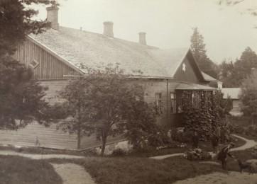 Karaktäsbyggnaden fotograferad från berget 1905. I bakgrunden syns bränneriet.