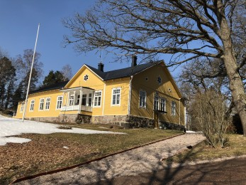 Karaktärsbyggnaden på Illby Gård. Uppförd 1878 enligt ritning av arkitekt Cawén.