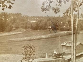Vy över Illby Gård 1905. I bakgrunden syns karaktärshusets pipor och lägre ner skymtar meijeriet. Riksväg 170 (Lovisavägen) byggdes efter kriget och går nu ungefär mitt genom åkrarna i bilden. Bilden är högst troligen tagen från Postbacken som hörde delvis till Illby Gård.